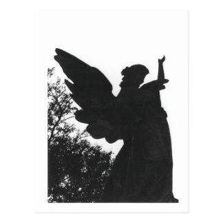 Cartão velho do cemitério da estátua escura do