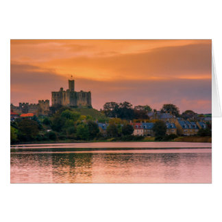 Cartão Vila e castelo de Warkworth no por do sol