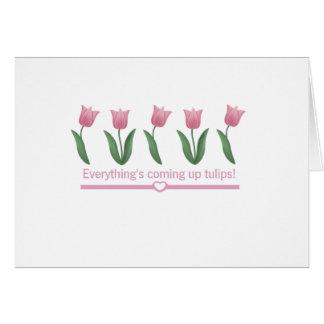 Cartão Vinda acima das tulipas
