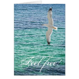 Cartão Vôo da gaivota acima de um mar