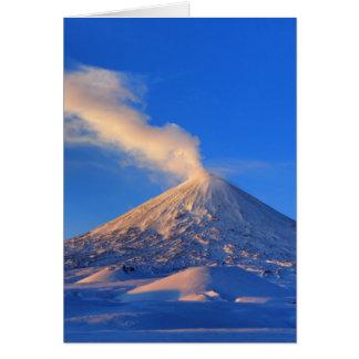 Cartão Vulcão ativo de Kamchatka Klyuchevskoy no nascer