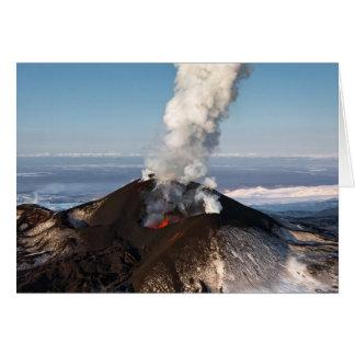 Cartão Vulcão da erupção da cratera: lava, gás, vapor,