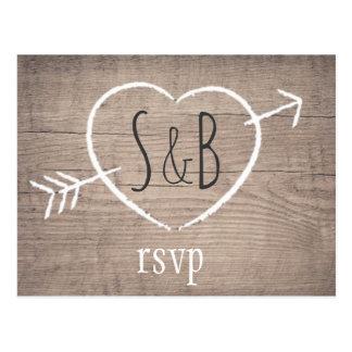 Cartão Wedding elegante do coração de madeira