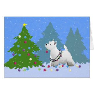 Cartão Westie que decora uma árvore de Natal na floresta