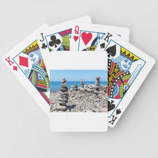 Cartas De Baralho Pedras empilhadas da praia no mar azul