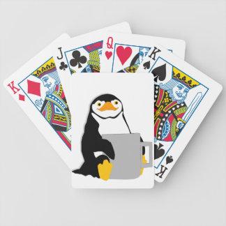 Cartas De Baralhos Pinguim que senta-se guardarando o copo que olha