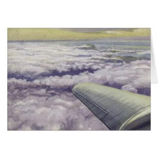 Cartões com a asa do avião sobre nuvens