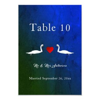 Cartões românticos da mesa das cisnes da água azul