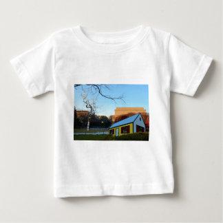Casa amarela no parque tshirts
