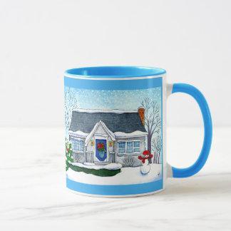 Casa bonito do Natal com caneca do boneco de neve