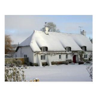Casa de campo Thatched no cartão da neve