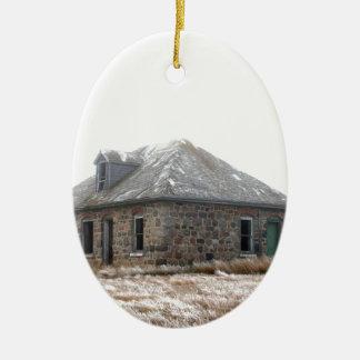 Casa de pedra abandonada nas pradarias ornamento de cerâmica