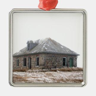 Casa de pedra abandonada nas pradarias ornamento de metal
