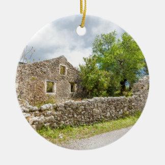 Casa histórica velha como ruínas ao longo da ornamento de cerâmica