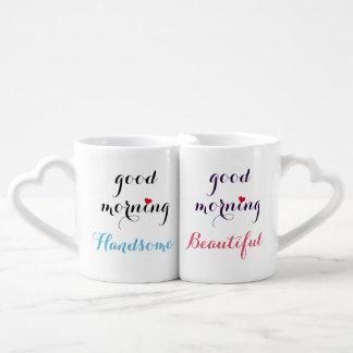 Casais consideráveis bonitos do bom dia seus & conjunto de caneca de café