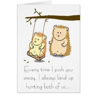 Casal bonito do ouriço no cartão da desculpa do