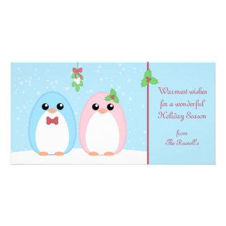 Casal bonito do pinguim do feriado cartão com foto