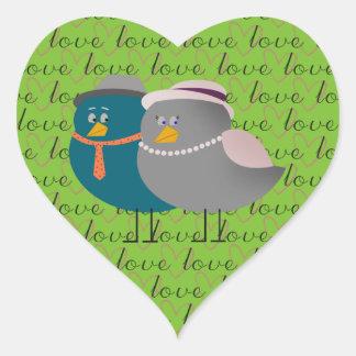 Casal bonito dos pássaros da etiqueta do amor do