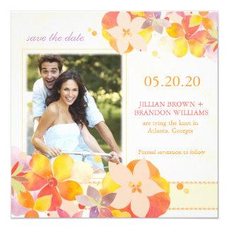 Casal cercado por economias da foto das flores a convites personalizado