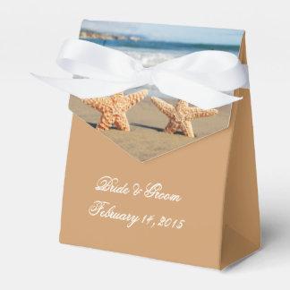 Casal da estrela do mar na caixa do favor do lembrancinhas para casamento