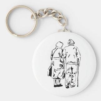 Casal das pessoas idosas chaveiros