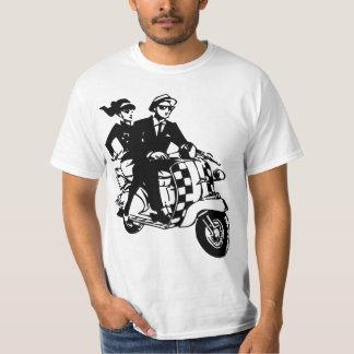 Casal de Ska no patinete Camisetas