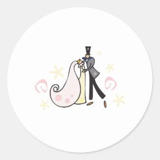 Casal do casamento da dança adesivo em formato redondo
