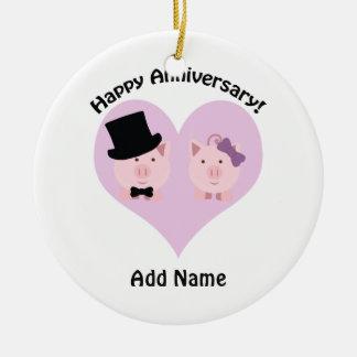Casal feliz do porco do aniversário ornamento de cerâmica redondo