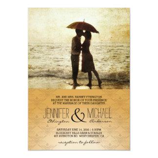 casal no convite da praia/casamento