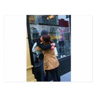 Casal que abraça a foto cartões postais