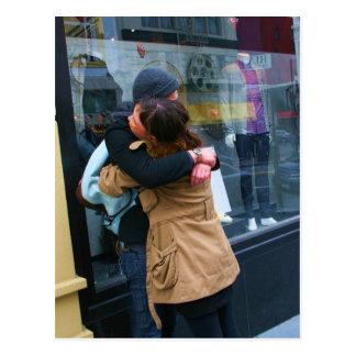 Casal que abraça a foto cartão postal