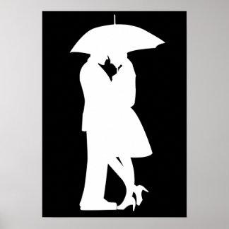 Casal romântico sob o poster do guarda-chuva