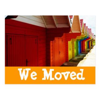 Casas de praia coloridas nós movemos cartões novos