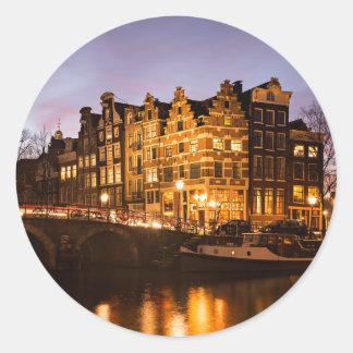 Casas do canal de Amsterdão na etiqueta redonda do