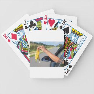 Casca deixando cair do braço da janela de carro da jogos de cartas
