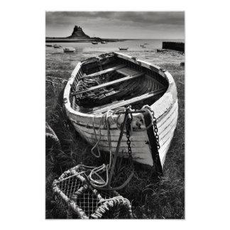 Castelo de Lindisfarne & barco velho - impressão s Impressão De Foto