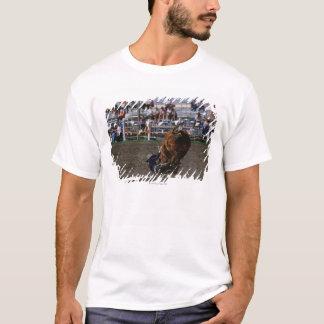 Cavaleiro de rodeio que cai do touro camiseta