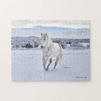 Cavalo branco no quebra-cabeça da neve