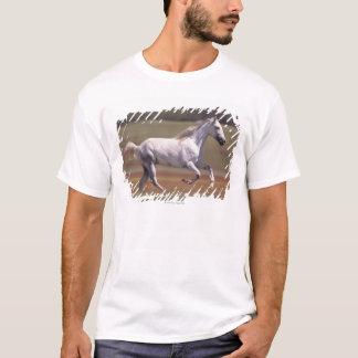 Cavalo branco que funciona no campo camiseta