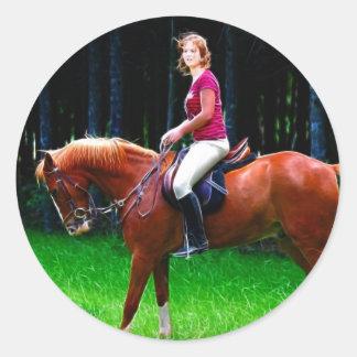 Cavalo calmo na floresta adesivo em formato redondo