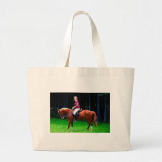 Cavalo calmo na floresta bolsa