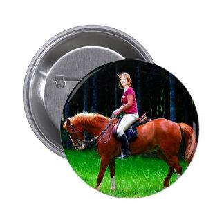 Cavalo calmo na floresta boton