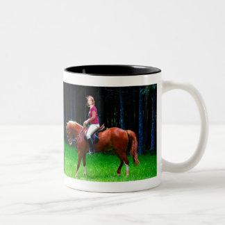 Cavalo calmo na floresta caneca
