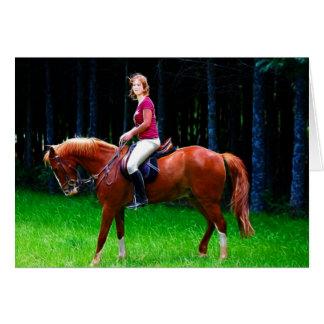 Cavalo calmo na floresta cartões