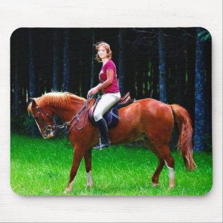Cavalo calmo na floresta mouse pad