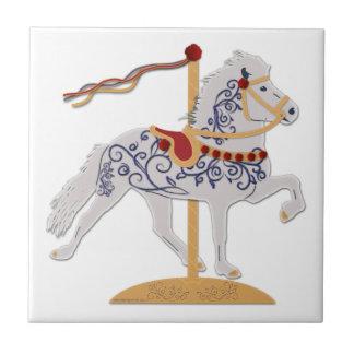 Cavalo cor-de-rosa do carrossel do rolo do