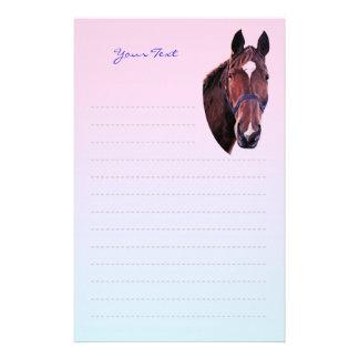 Cavalo da castanha com papel de carta branco da papelaria