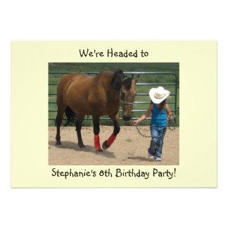 Cavalo de Tennessee e menina de passeio - partido Convite