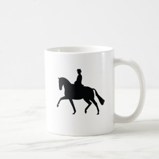 Cavalo do adestramento e caneca do cavaleiro
