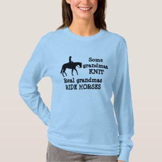 Cavalo montado pela camisa da avó